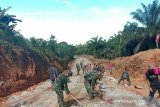 Personil TNI rampungkan bangun jalan dan jamban melalui TMMD di Pasaman Barat (Video)