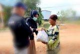 Bantu atasi dampak COVID-19, anggota DPRD Lamandau bagikan sembako kepada masyarakat