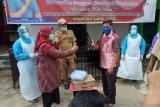 Yayasan Vioni Bersaudara Inhil serahkan masker dan hand sanitizer bagi tenaga medis
