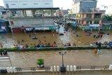 Kawasan banjir di Muara Teweh dipadati warga di tengah wabah COVID-19