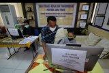 Petugas mendampingi warga yang melakukan pendaftaran calon peserta Kartu Prakerja di LTSA-UPT P2TK di Surabaya, Jawa Timur, Senin (13/4/2020). Pemprov Jawa Timur membuka 56 posko yang tersebar di 38 kabupaten/kota di Jawa Timur untuk memberikan pelayanan dan pendampingan kepada masyarakat yang terdampak COVID-19 dalam mendaftar program Kartu Prakerja. ANTARA FOTO/Moch Asim/nym.