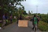 Polisi bubarkan paksa warga blokade jalan TPU di Timika