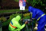 Petugas perbaiki wastafel dan bilik sterilisasi yang rusak di ruang publik Surabaya