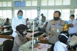 Polda Sumbar berikan Polwan pelatihan menjahit masker bantu kebutuhan COVID-19