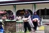Hadapi dampak pandemi COVID-19, Yayasan Al-Aziz salurkan delapan ton beras untuk ratusan anak yatim di Padang Pariaman