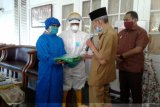 Wali Kota Baubaumenyerahkan bantuan APD ke seluruh puskesmas