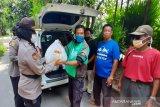 Polresta Surakarta bagikan paket sembako pada warga terdampak COVID-19
