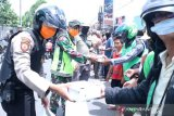 Personel Polda Sumsel distribusikan 1.500 bungkus nasi ke pekerja informal
