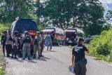 Sejumlah aparat Satgas Tinombala mengepung daerah pelarian dua tersangka DPO Poso di Kelurahan Kayamanya, Kabupaten Poso, Sulawesi Tengah, Rabu (15/4/2020). Satgas Tinombala menembak mati dua orang DPO Poso yang juga anggota Mujahidin Indonesia Timur (MIT) yang melakukan perampokan dan perampasan senjata milik Polisi di Poso pada Rabu (15/4) pagi. ANTARAFOTO/Feri Timparosa/nym.