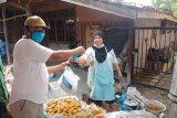 Warga kurang mampu dapat bantuan sembako dan nasi bungkus