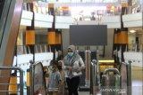 Pengunjung menggunakan masker saat berada di Duta Mall Banjarmasin, Kalimantan Selatan, Kamis (16/4/2020). Pihak manajemen Duta Mall Banjarmasin kembali membuka operasional mal di tengah pandemi COVID-19 dengan menerapkan protokol kesehatan seperti menyediakan tempat untuk cuci tangan, menerapkan social distancing serta mewajibkan pengunjung menggunakan masker saat berkunjung. Foto Antaranews Kalsel/Bayu Pratama S.