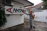 ACT Bantu Penyemprotan Disinfektan di Biro ANTARA NTB