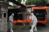 Guru SD meninggal di teras rumah, petugas medis mengevakuasi dengan alat pelindung diri