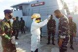 KRI Terapang disemprot disinfektan saat bersandar di Lanal Mamuju