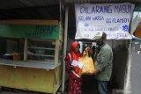 Sivitas akademika Universitas Muhammadiyah Surabaya (UMS) membagikan paket sembako dan masker kepada warga di Surabaya, Jawa Timur, Jumat (17/4/2020). Kegiatan bertajuk Optimisme UMS (Optimum) tersebut bertujuan untuk menyebar optimisme dan wujud saling tolong menolong kepada warga yang terdampak langsung pandemi COVID-19. Antara Jatim/Moch Asim/zk.