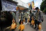 Sivitas akademika Universitas Muhammadiyah Surabaya (UMS) membawa paket sembako dan masker yang akan dibagikan kepada warga di Surabaya, Jawa Timur, Jumat (17/4/2020). Kegiatan bertajuk Optimisme UMS (Optimum) tersebut bertujuan untuk menyebar optimisme dan wujud saling tolong menolong kepada warga yang terdampak langsung pandemi COVID-19. Antara Jatim/Moch Asim/zk.