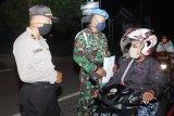 Aparat gabungan Polri-TNI sosialisasikan larangan keluar malam di Biak