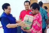 Anggota DPRP berikan sembako ke panti sosial di Biak