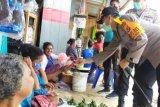 Polres-Bhayangkari Supiori bagikan makanan dan masker ke warga terdampak corona