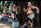 Patung wayang yang dipasangi masker kain di halaman Balai Kota Solo, Jawa Tengah, Minggu (19/4/2020). Pemkot Solo memasang masker pada patung- patung wayang yang ada di wilayah Balai Kota Solo sebagai salah satu bentuk kampanye penggunaan masker bagi masyarakat guna mencegah penularan COVID-19. ANTARA FOTO/Maulana Surya/nym