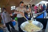 Personil Dit Pol Air Polda Aceh mempersiapkan makanan di Dapur Umum COVID-19, Desa Lampulo, Banda Aceh, Aceh, Senin (20/4/2020). Dapur umum tersebut untuk membantu kebutuhan makanan warga pesisir yang ekonominya terdampak pandemi COVID-19 . Antara Aceh/Ampelsa.