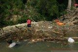 Cegah banjir, BPBD OKU bersihkan tumpukan sampah di Sungai Ogan