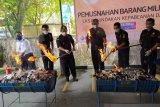 Petugas musnahkan 54 bal pakaian bekas ilegal