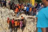 Tim SAR gabungan evakuasi korban longsor di Kabupaten Bulukumba