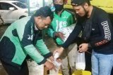 Elit Squad Gojek bantu pekerja harian dengan gerakan satu gelas beras