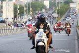 Pengendara sepeda motor menggunakan masker saat melintas di fly over jalan Ahmad Yani, Banjarmasin,Kalimantan Selatan, Senin (20/4/2020). Pemerintah Kota Banjarmasin bersiap terapkan Pembatasan Sosial Berskala Besar (PSBB) pada Jumat (24/4/2020) usai disetujui oleh Menteri Kesehatan Terawan Agus Putranto untuk upaya percepatan penanganan virus COVID-19. Foto Antaranews Kalsel/Bayu Pratama S.