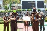 Kajati Sulawesi Utara beri penghargaan kepada jaksa dan pegawai teladan