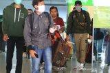 Sejumlah penumpang pesawat berjalan keluar dari pintu kedatangan di Bandara Supadio, Kabupaten Kubu Raya, Kalimantan Barat, Senin (13/4/2020). Terhitung mulai 13 April 2020 hingga waktu yang belum ditentukan, Pemerintah Provinsi Kalimantan Barat menetapkan peraturan bagi penumpang angkutan udara, laut maupun darat yang masuk ke Kalbar wajib menandatangani surat pernyataan sebagai Orang Dalam Pemantauan (ODP) dan bersedia melakukan karantina mandiri selama 28 hari sejak kedatangan guna memutus mata rantai penyebaran COVID-19. ANTARA FOTO/Jessica Helena Wuysang/wsj.