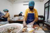 Feby Deru gunakan kebaya masak di dapur Corona