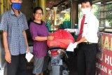 Hotel Grand Zuri Padang bagikan paket sembako kepada warga terdampak COVID-19