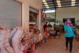Dinas Sosial Lampung Timur pasangi stiker pra sejahtera warga penerima bansos