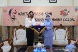 Cinta Laura membagikan masker untuk Lanud I Gusti Ngurah Rai