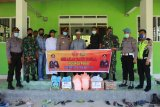 Peduli COVID-19, TNI dan Polri bagi sembako di Poso