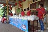 Paguyuban warga Tionghoa di Mataram bagikan bahan pokok buat pemandu wisata