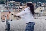Akali lockdown, dua gadis ini latihan tenis di atap gedung