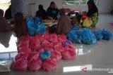 Majelis Taklim Al-Insani Kota Kendari berbagi sembako kepada warga kurang mampu