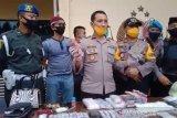 Personil TNI-Polri gerebek 'Kampung Narkoba' di Palu, amankan uang dan senjata