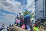 Polda Sulbar berikan sembako bagi warga pulau Karampuang