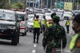 Petugas gabungan mengatur kendaraan yang memasuki kota Bandung saat penerapan Pembatasan Sosial Berskala Besar (PSBB) di Pasteur, Bandung, Jawa Barat, Rabu (22/4/2020). Pemeriksaan tersebut dilakukan untuk mengingatkan masyarakat agar menerapkan PSBB selama 14 hari dalam rangka percepatan penanganan COVID-19. ANTARA JABAR/M Agung Rajasa/agr