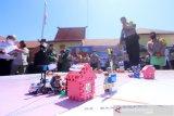 Kapolres Kota Banjarmasin Kombes Pol Rachmat Hendrawan menjelaskan sistem pengamanan saat simulasi taktis permainan lantai (Tactical Floor Game) di Mapolres Kota Banjarmasin, Kalimantan Selatan, Rabu (22/4/2020). Simulasi tersebut digelar sebagai bentuk kesiapan pengamanan kota saat pemberlakuan Pembatasan Sosial Berskala Besar (PSBB) pada Jumat (24/4/2020) di Kota Banjarmasin. Foto Antaranews Kalsel/Bayu Pratama S.