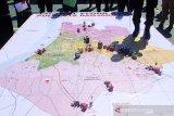 Petugas gabungan mengikuti simulasi taktis permainan lantai (Tactical Floor Game) di Mapolres Kota Banjarmasin, Kalimantan Selatan, Rabu (22/4/2020). Simulasi tersebut digelar sebagai bentuk kesiapan pengamanan kota saat pemberlakuan Pembatasan Sosial Berskala Besar (PSBB) pada Jumat (24/4/2020) di Kota Banjarmasin. Foto Antaranews Kalsel/Bayu Pratama S.