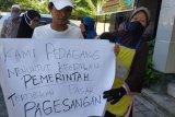 Pedagang Pasar Pagesangan Mataram unjuk rasa tuntut penataan pasar