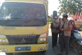 Ari Askolani sambangi supir truk, bagikan masker gratis