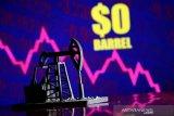 Harga minyak Brent anjlok lagi, banjir pasokan buat panik pasar