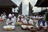 Umat Hindu melakukan persembahyangan dalam upacara Peneduh Gumi yang dipusatkan di Pura Besakih, Karangasem, Bali, Rabu (22/4/2020). Upacara yang digelar oleh Parisada Hindu Dharma Indonesia (PHDI) Provinsi Bali dan Majelis Desa Adat (MDA) Provinsi Bali tersebut dilaksanakan serentak di seluruh Desa Adat se-Bali untuk memohon agar semuanya segera terbebas dari pandemi COVID-19. ANTARA FOTO/Nyoman Hendra Wibowo/nym.