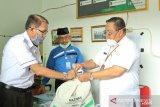 Baznas Ogan Komering Ilir bagikan paket sembako ke guru ngaji